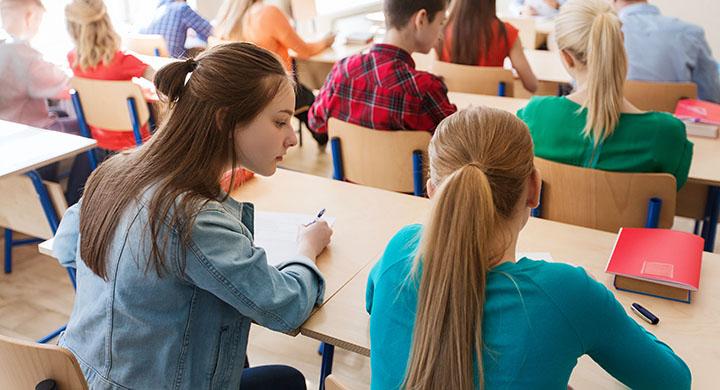 Zwei Schülerinnen in einer Klasse