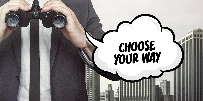 Mann mit Fernglas in den Händen mit einer Sprechblase: Choose your own way!