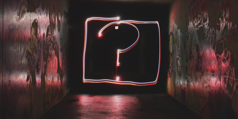 Fragezeichen aus Leuchtschrift