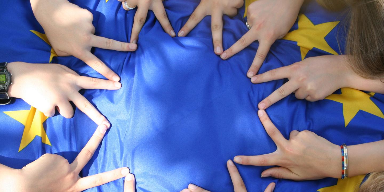 Europafahne mit Händen