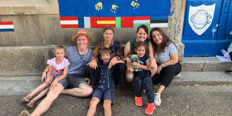 Junge Menschen engagieren sich beim ESK-Freiwilligendienst in einem anderen Land Europas.