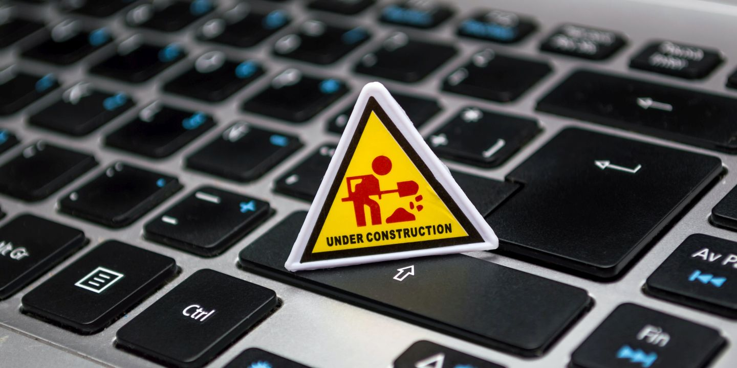 "Keyboard mit einem Figur und dem Text ""UNder Construction"""