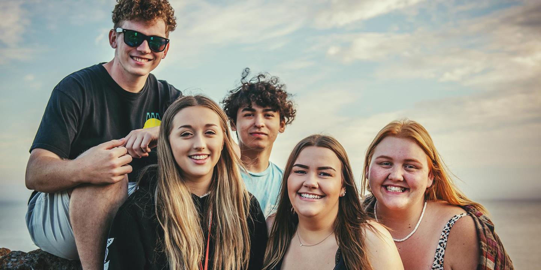 Eine Gruppe von Jugendlichen sitzt zusammen.